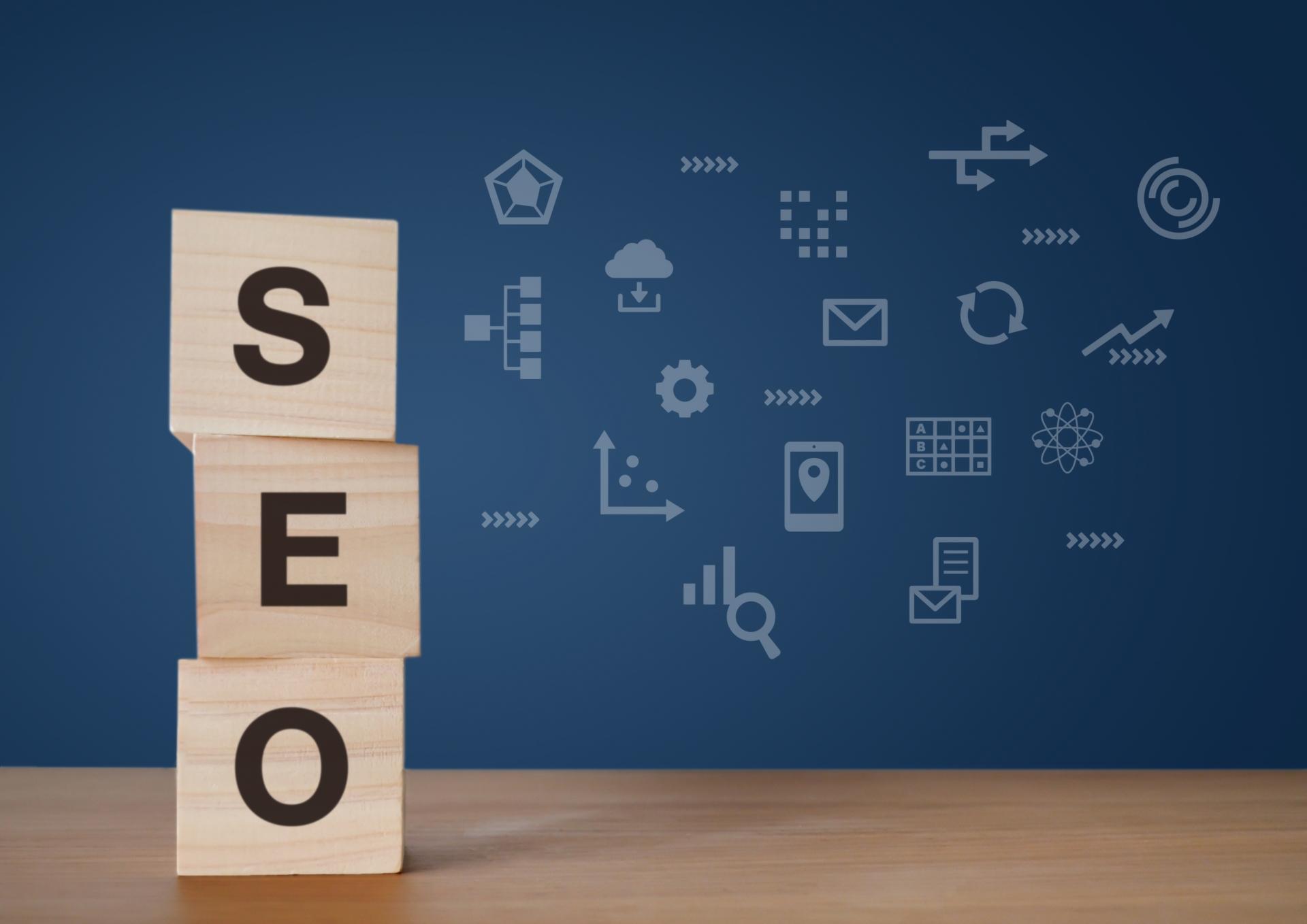 h2:コンテンツSEOとは? https://www.photo-ac.com/main/detail/3942512?title=%E7%A9%8D%E3%81%BF%E6%9C%A8%E3%81%A8SEO&searchId=196052818 コンテンツSEOとは、ユーザーにとって有益なコンテンツを用意することで、検索エンジンでの検索結果順位を上位にするSEO施策のひとつです。 ホームページ制作をしたときに設定した目標を達成するためには、まずは集客を考える必要があります。そのために重要になるのが、SEO対策です。 SEOとは、Search Engine Optimizationの頭文字を取った略語、日本語では「検索エンジン最適化」と訳されます。 日本では、検索エンジンとしてGoogleとYahoo!を利用する人がほとんどです。世界中のWebトラフィックを分析しているサイト「Stat Counter」によると、日本での2020年11月の検索エンジンのシェアはGoogleが約76%、Yahoo!が約18%でした。両者をあわせるとおよそ94%に達しています。 インターネットで検索する人の多くが、これだけGoogleやYahoo!を使っている以上、両者の検索結果の何位に表示されるかが、集客を大きく左右します。検索結果の上位に表示されなければ、顧客にクリックされないためです。。 Advanced Web Rankingでは、毎月の検索結果順位別クリック率を公表していますが、2020年10月の結果は以下のようになっています。 1位:34.07% 2位:18.16% 3位:11.77% 4位:8.58% 5位:5.98% 1位から3位までで約60%、5位までで約80%となっていて、6位以下のクリック率は5%を下回り、2ページ目にあたる10位以下になると1%にも達しません。この結果から見ても、検索エンジンの上位に表示されなければ、サイトへの流入が見込めないことがわかります。 コンテンツSEOを実施して良質なコンテンツを用意すれば、検索結果の上位に表示される確率が高くなります。コンテンツSEOは、ホームページへの流入を増やすために有効な施策なのです。 h2:なぜコンテンツSEOが注目されているのか? https://www.photo-ac.com/main/detail/1618664?title=%E3%83%9B%E3%83%AF%E3%82%A4%E3%83%88%E3%83%8F%E3%83%83%E3%83%88%E3%81%A8%E3%83%96%E3%83%A9%E3%83%83%E3%82%AF%E3%83%8F%E3%83%83%E3%83%88%E3%81%AESEO%E3%82%92%E6%8C%87%E3%81%97%E7%A4%BA%E3%81%99%E6%9C%A8%E8%A3%BD%E9%81%93%E3%81%97%E3%82%8B%E3%81%B9&searchId=196022461 ユーザーに有益なコンテンツを用意し、検索結果上位に表示することで集客を目指すコンテンツSEOは、ホームページ制作の現場では、もはや欠かせないマーケティング施策といわれています。ここまでコンテンツSEOが注目されるようになったのには、どのような理由があるのでしょうか。  h3:ブラックハットSEOの衰退 コンテンツSEOが注目されるようになったのは、GoogleがブラックハットSEOを評価しなくなったことがきっかけです。 ブラックハットSEOとは、Googleのガイドラインに違反する手法を使い、検索順位をあげようとする行為を指します。西部劇で悪人が黒い帽子(Black Hat)、善人が白い帽子(White Hat)を被っていたことから、ブラックハットは不正な行為の象徴的言葉です。 Googleでは、ウェブマスターガイドラインに沿ったホームページ制作を推奨していて、違反した場合、順位が下がる、検索結果に表示されなくなるなどペナルティを受ける可能性があると述べています。具体的に禁止されているのは、以下のような行為です。 ・ワードサラダ(キーワードを不自然なほど大量に詰め込んだ文章) ・不自然な外部からの被リンクの大量設置 ・オリジナルのコンテンツがほとんどないコピーコンテンツ ・背景色と同じ色のテキストをうめこむ隠しテキストや隠しリンク など 2010年ごろまでは、検索エンジンの性能が今ほど高くなく、コンテンツに含まれるキーワードや被リンクの数が多いページが、高く評価されていました。 それを逆手にとって、無意味にキーワードを含んだコンテンツを自動生成する、外部サイトからのリンクを大量購入するなどの行為が横行していました。SEO
